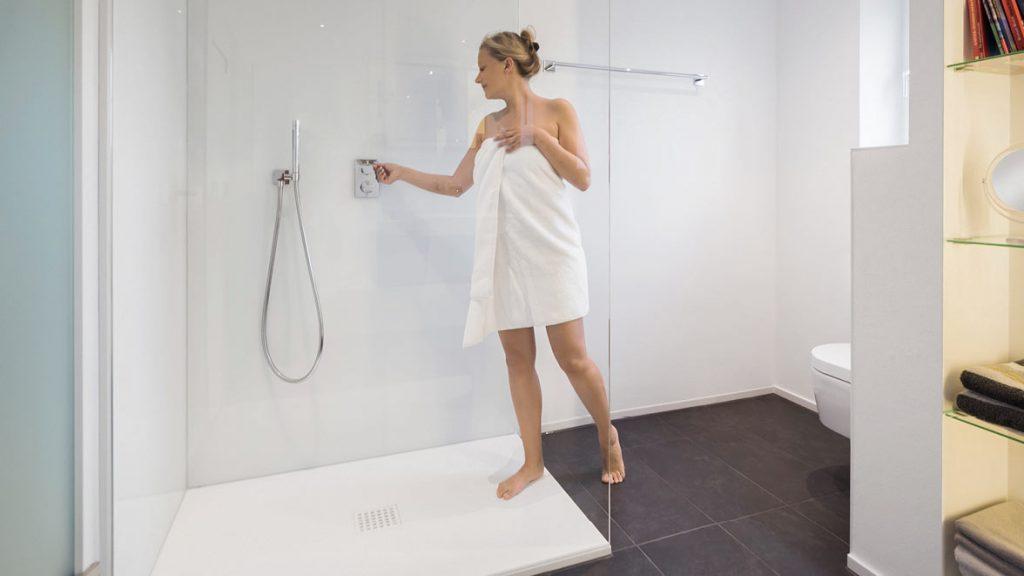 Eine bodenebene Dusche erleichtert den Ein- und Ausstieg in Ihre Dusche.